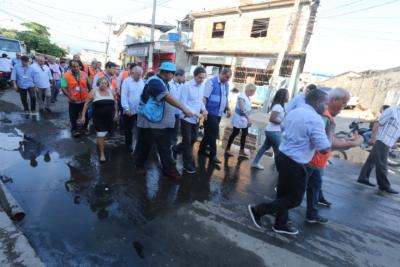 Crivella participa de mutirão de conservação na Maré