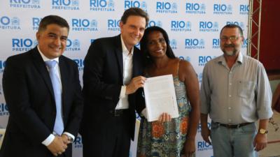 Prefeito assina contratos para casas na Juliano Moreira